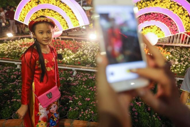 Đây là năm đầu bé Ái  Vy (8 tuổi) được mẹ cho đi đường hoa nên cô bé đầy hào hứng.