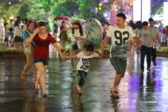 Người Sài Gòn đội mưa tham quan đường hoa Nguyễn Huệ 2