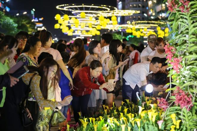 Người Sài Gòn đội mưa tham quan đường hoa Nguyễn Huệ 6